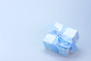 e-book gratuit, un pachet frumos de cadou, ambalat in hartie albastra cu buline albe si legat cu o panglica albastra