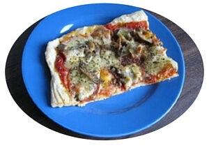 pizza cu salam, ciuperci, suc de rosii, mozzarella, ulei de masline, condimente Kotanyi Gourmet pentru pizza