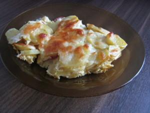 cartofi gratinati la cuptor cu salam, smantana, ou, cascaval