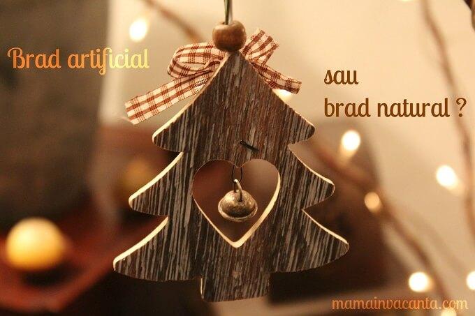 brad artificial sau brad natural, ornamente de Craciun din lemn cu o fundita decorativa rosu-alb si un clopotel