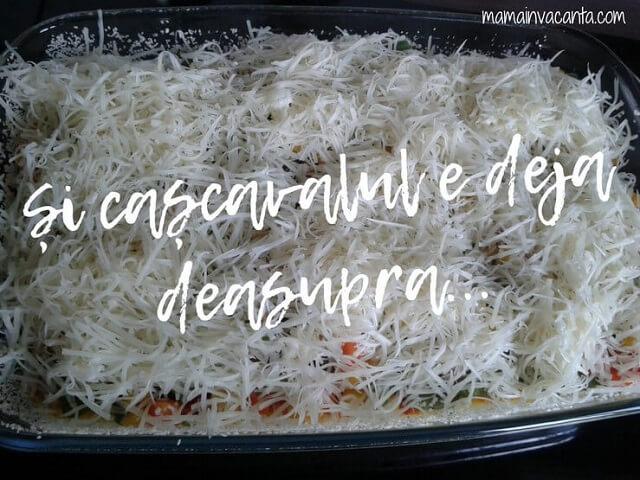 budinca de amestec mexican la cuptor într-un vas yena uns cu unt tapetat cu pesmet