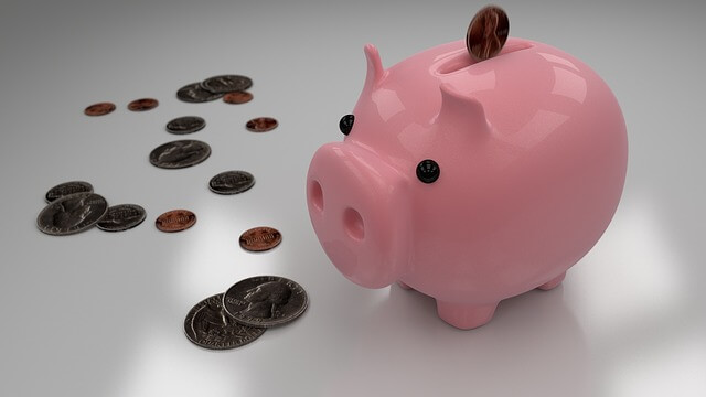 10 idei de economisire, o pusculita sub forma de purcelus roz cu marunti economisite