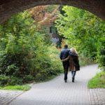 vacanta, cuplu care se plimba in natura