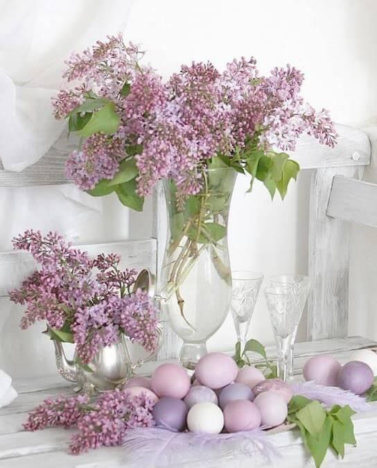 decorațiuni Paști, ouă vopsite în nuanțe pastelate de liliac cu un buchet de liliac